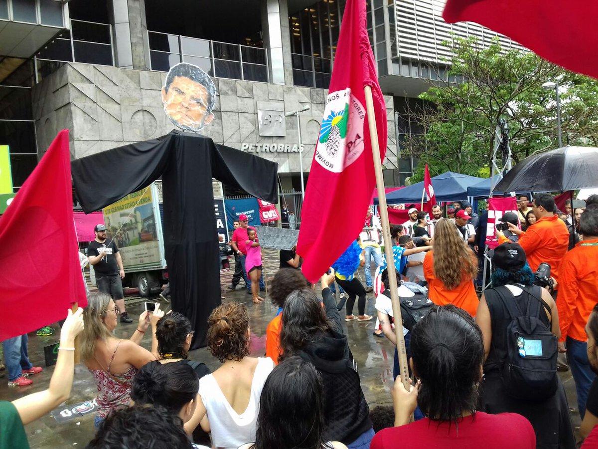 Agora!!! Moro, que ajudou a entregar o Pré-Sal pros gringos, é recebido pelo presidente entreguista da Petrobras - Pedro Parente. Do lado de fora, o juiz amigo dos EUA (e responsável por milhares de desempregados no Brasil) recebe a justa homenagem dos jovens manifestantes.