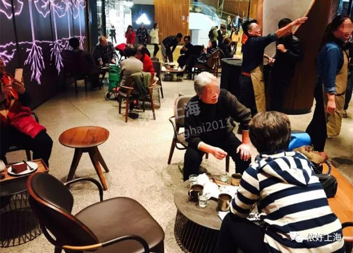 Long queue has been spotted at the biggest #Starbuck store in the world. <br>http://pic.twitter.com/gYrjACux2G