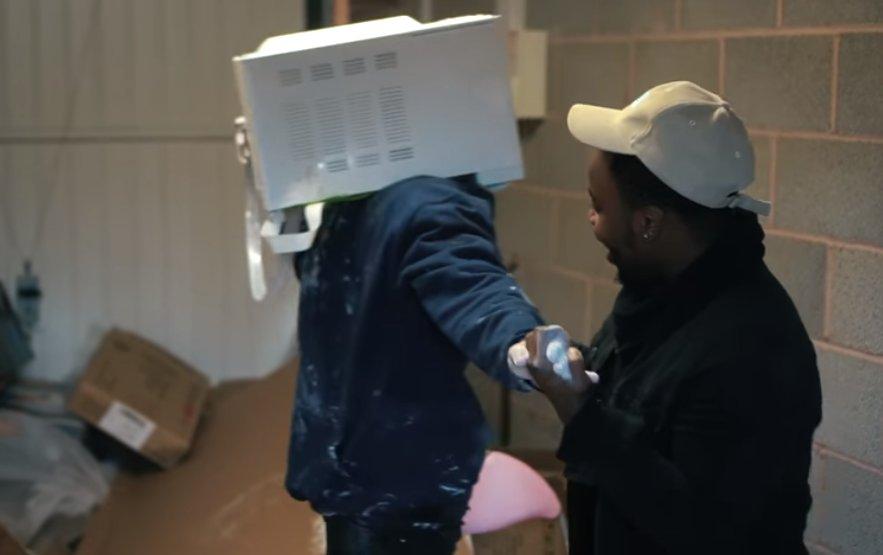 Youtuber inglês 'cimenta' cabeça em micro-ondas e é salvo por bombeiro https://t.co/JSTN5SOfcg