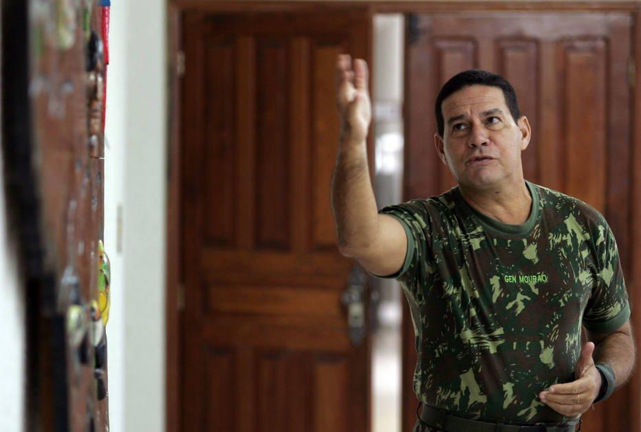 General Mourão acusa Temer de fazer balcão de negócios, elogia Bolsonaro e volta a defender intervenção https://t.co/ZRhO1VHVIx