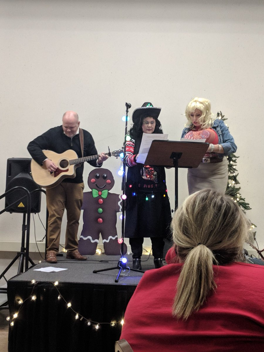 proffitt as dolly parton and jennie watkins as loretta lynn showing up and singing awesome its a hard candy christmas httpstcob48ute43tk - Dolly Parton Hard Candy Christmas