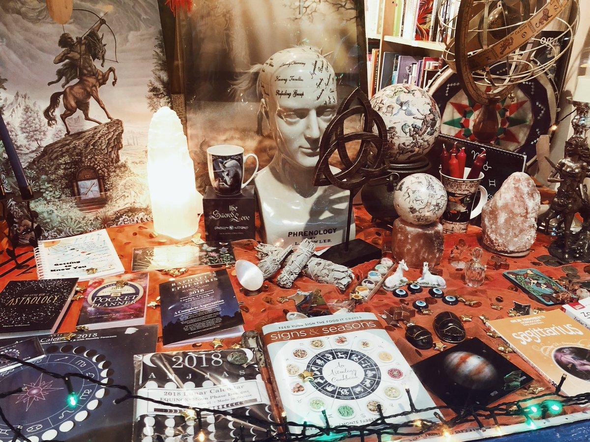 イギリスで絶対に行こうと決めていたのがこちらのお店。タロット、天文学の本、ホワイトセージ、鉱物などなど、占い・魔法好きにはたまらない品揃えでした…!