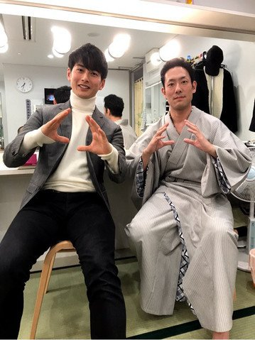 石黒英雄さん、中村勘九郎さんと「ウルトラマンオーブ」ポーズで2shot📸  「勘九郎さん いつもありがとうございます」  @hideoishiguro10 ameblo.jp/ishiguro-hideo…