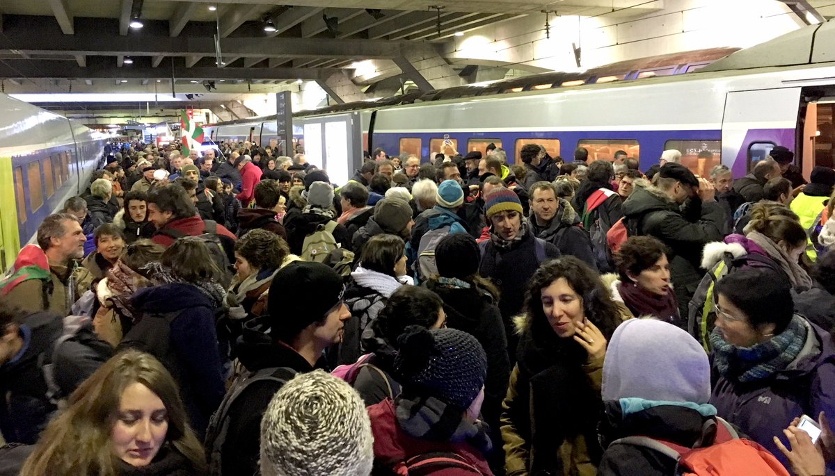[Manifestation #PaixenPaysBasque #9décPARIS ] Arrivée du premier train ! Plus de 10.000 basques sont attendus à 11h30 place du 18 juin 1940, rejoignez-les pour demander au gouvernement français d'avancer sur le chemin de la paix en Pays Basque !   https://www. facebook.com/events/1392426 79983861/  … pic.twitter.com/S4G7f0lJLc