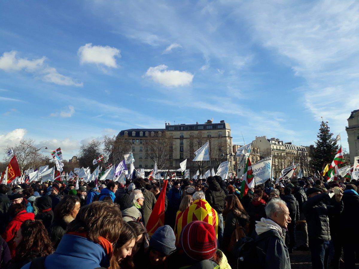 Plus de 11 000 personnes à Paris pour la paix au Pays Basque et la libération des prisonnier.e.s politiques ! #PaixenPaysBasque #ParisZuzenean #ArtisansDeLaPaix #solidaritépic.twitter.com/Wj2Dmw8LlP