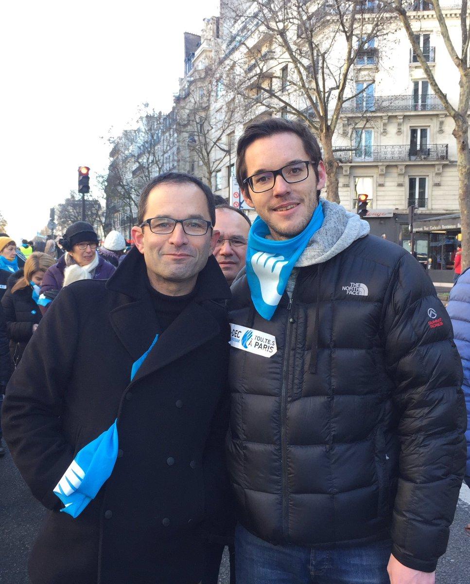 Aux côtés de @benoithamon pour la manifestation parisienne des @Artisans_Paix ! #9DecPARIS #EuskalPresoakEtxera #PaixenPaysBasque @GenerationsMvtpic.twitter.com/X3CjCadFS4