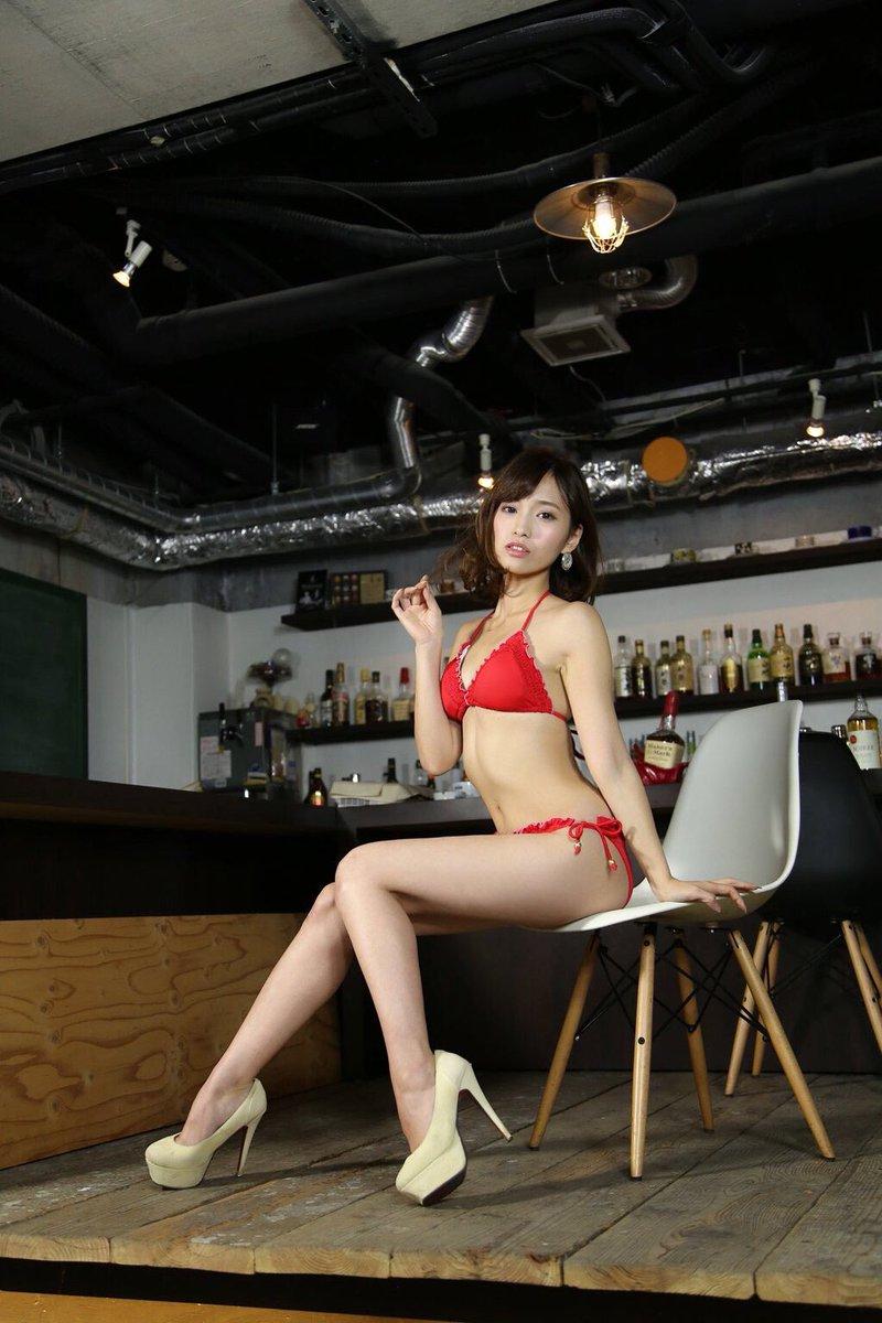 赤い水着が官能的でセクシーな引地裕美の画像