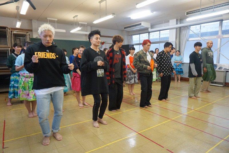 『GENERATIONS高校TV』 明日の「GENE高」はメンバーが🏝️フラダンス🏝️に挑戦🤩 普段のダンスと違ってなかなかに苦戦のようで…🤔  #GENE高 #GENERATIONS @generationsfext ameblo.jp/gene-kou/entry…