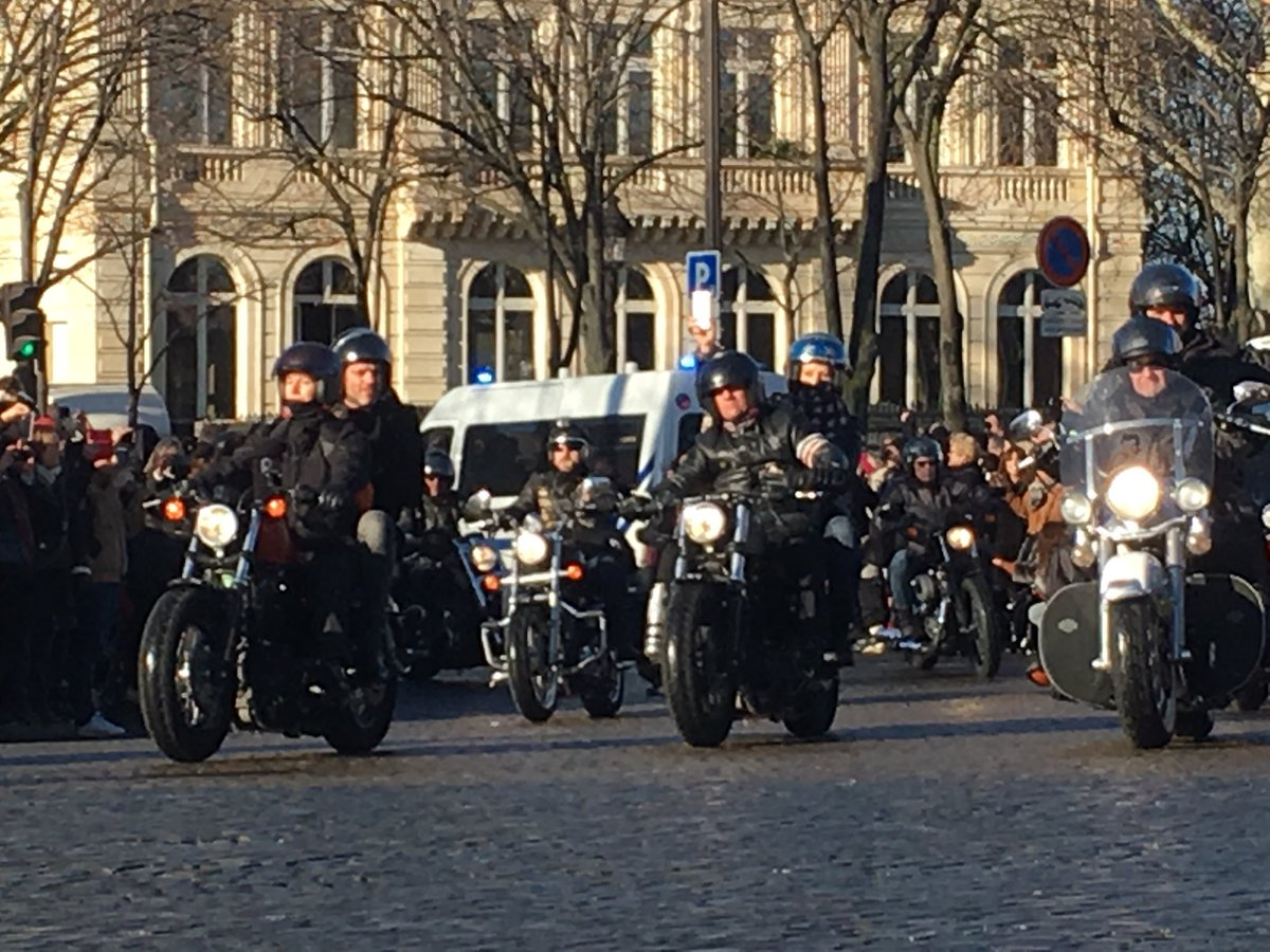 Easy Rider on #ChampsElysees ! Meeeerciii ! #HommageAJohnny  @Paris