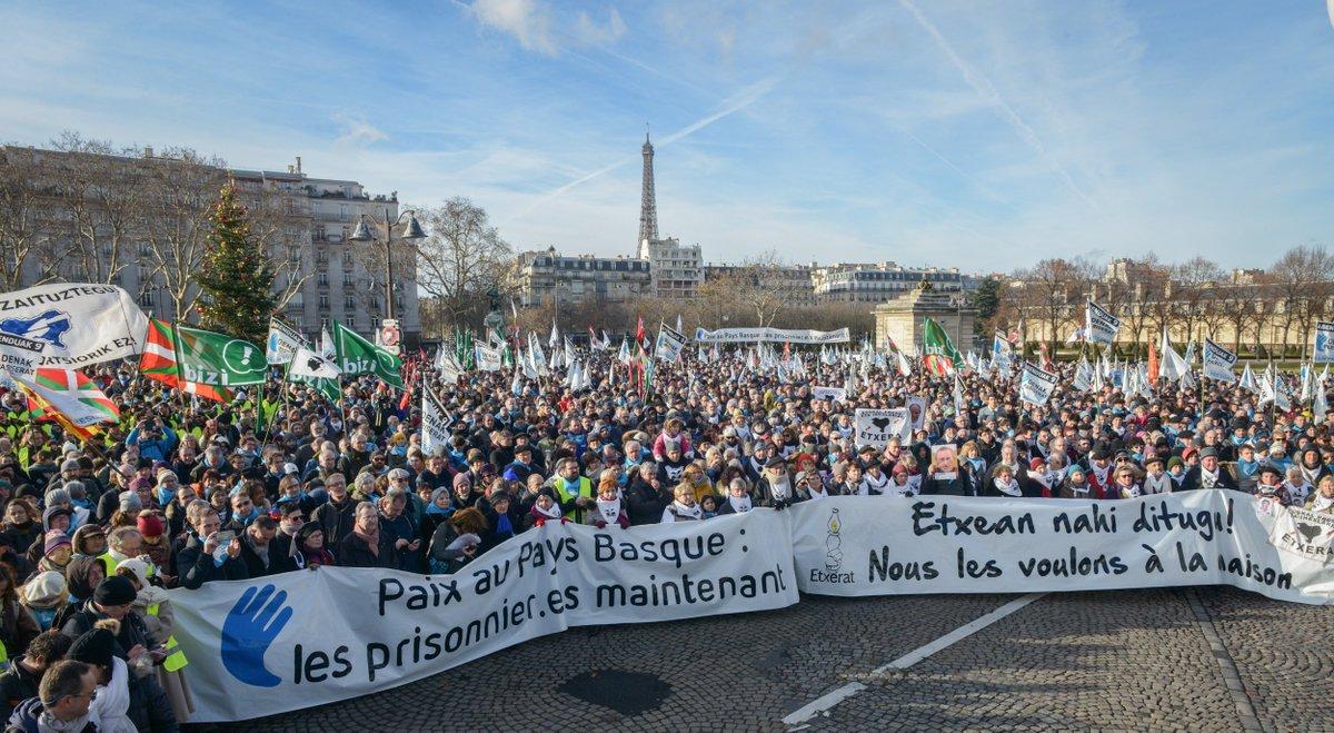 Revivez en images la manifestation #PaixenPaysBasque du 9 décembre, où 11 000 personnes ont défilé dans les rues de Paris pour demander à l'état français d'avancer sur le chemin de la paix, en mettant fin au régime d'exception des prisonnier.e.s basques  https://www. facebook.com/pg/artisansdel apaixbakegileak/photos/?tab=album&album_id=1523091227772675  … pic.twitter.com/bu3ajGUFFB