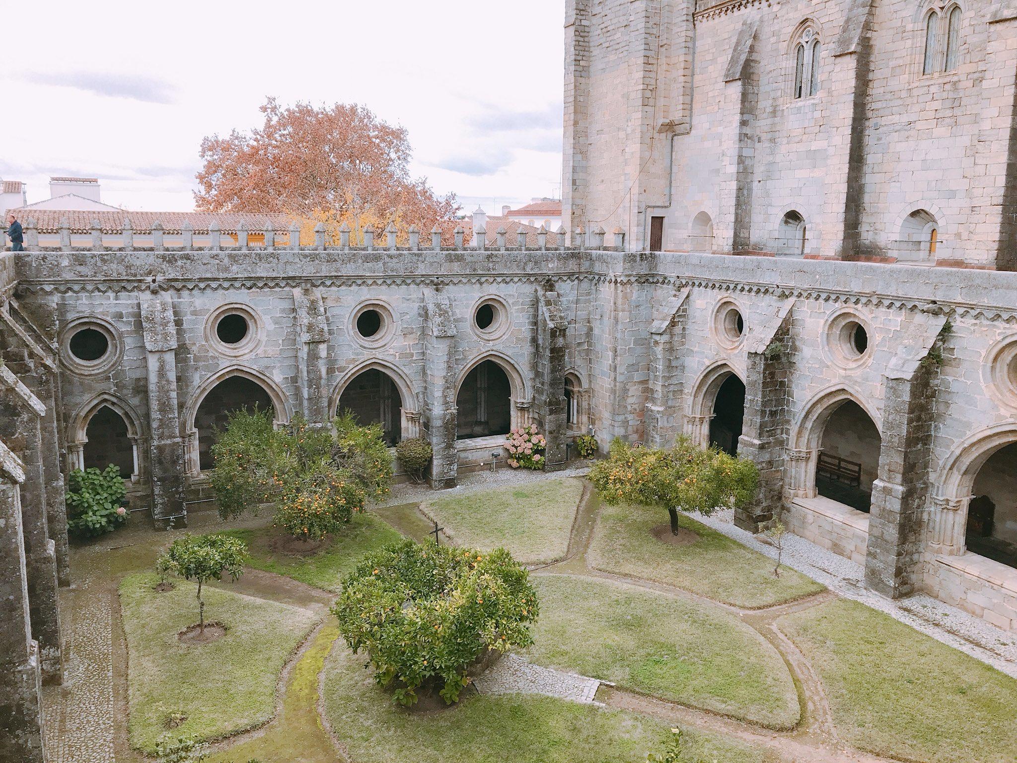 La catedral de #Évora tiene uno de los claustros más bellos de Portugal https://t.co/tg7NaramAv