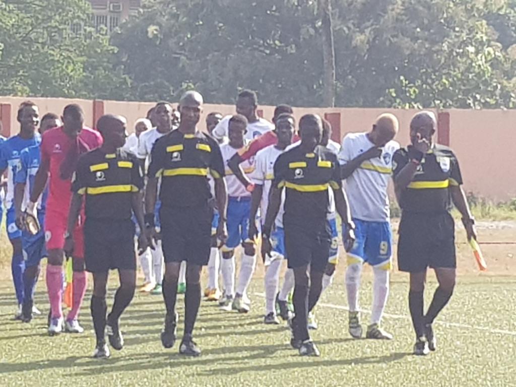 La rentrée des équipes ( ASFAG -SATELLITE), avant le coup d'envoi.  Un match comptant pour la 8e journée de la ligue 1 Pro