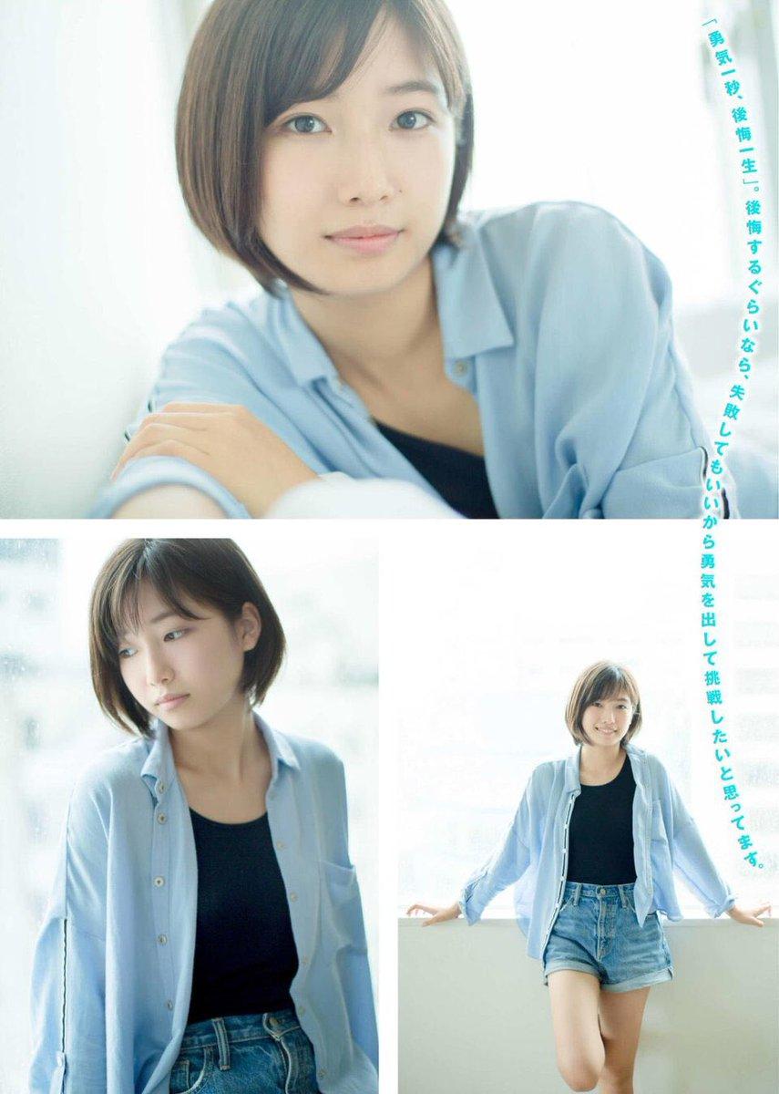 ブルーのシャツがさわやかな小野莉奈