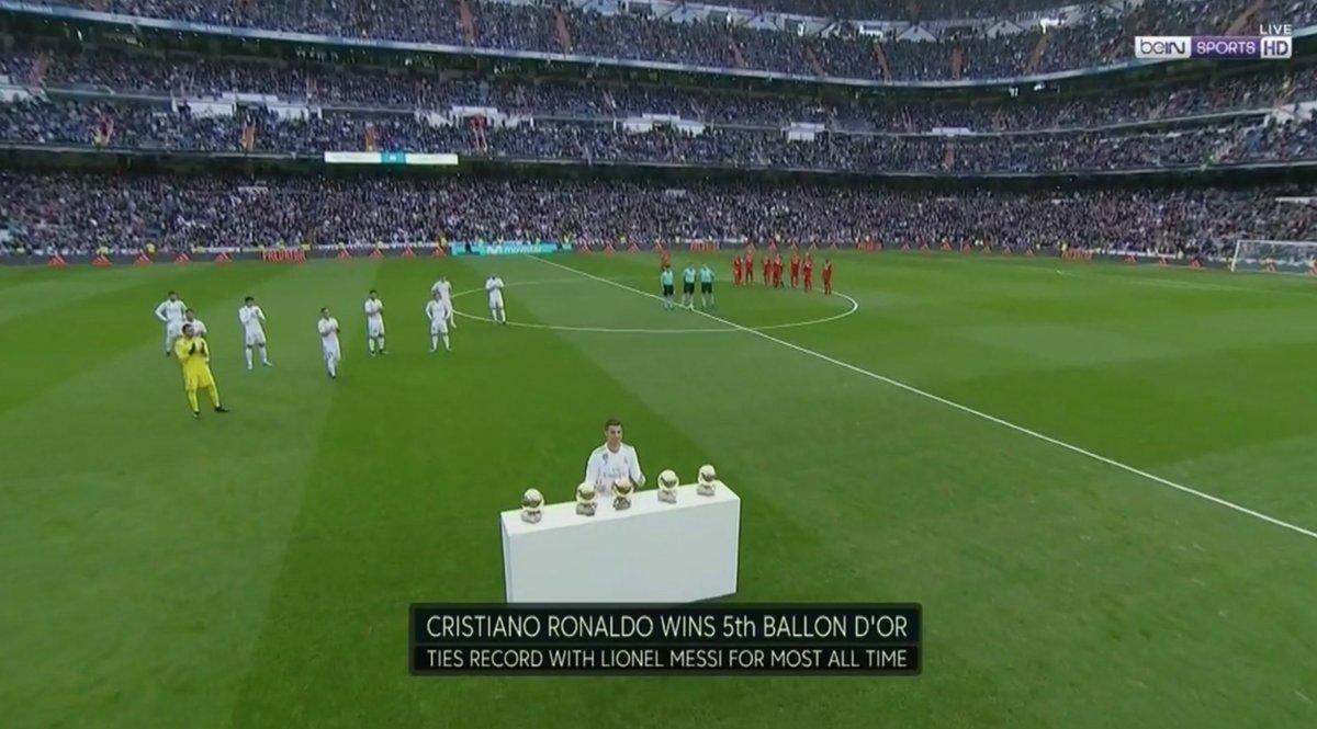 """Messi və Ronaldo arasındakı fərq: 5-ci """"Qızıl top""""u təqdim edərkən"""