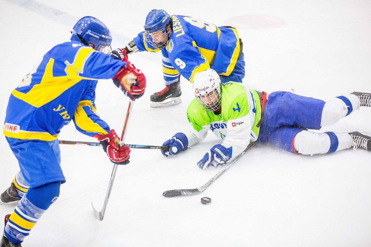 Mladi risi @lovehokej so SP U20 na Bledu odprli z zmago nad Ukrajino. Dva gola je prispeval #JanDrozg. FOTO -->