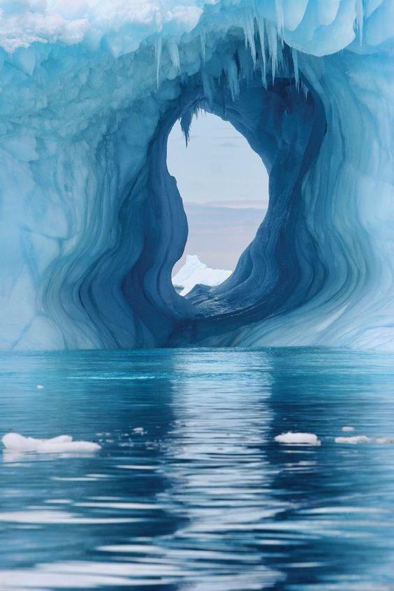 Ventana en el glaciar https://t.co/T1WJf...
