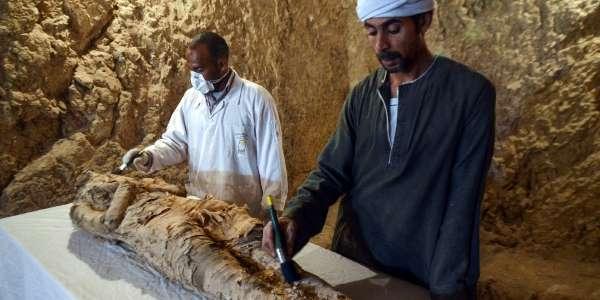 Arqueólogos egípcios descobrem múmia no Egito https://t.co/AA4VIhcswd