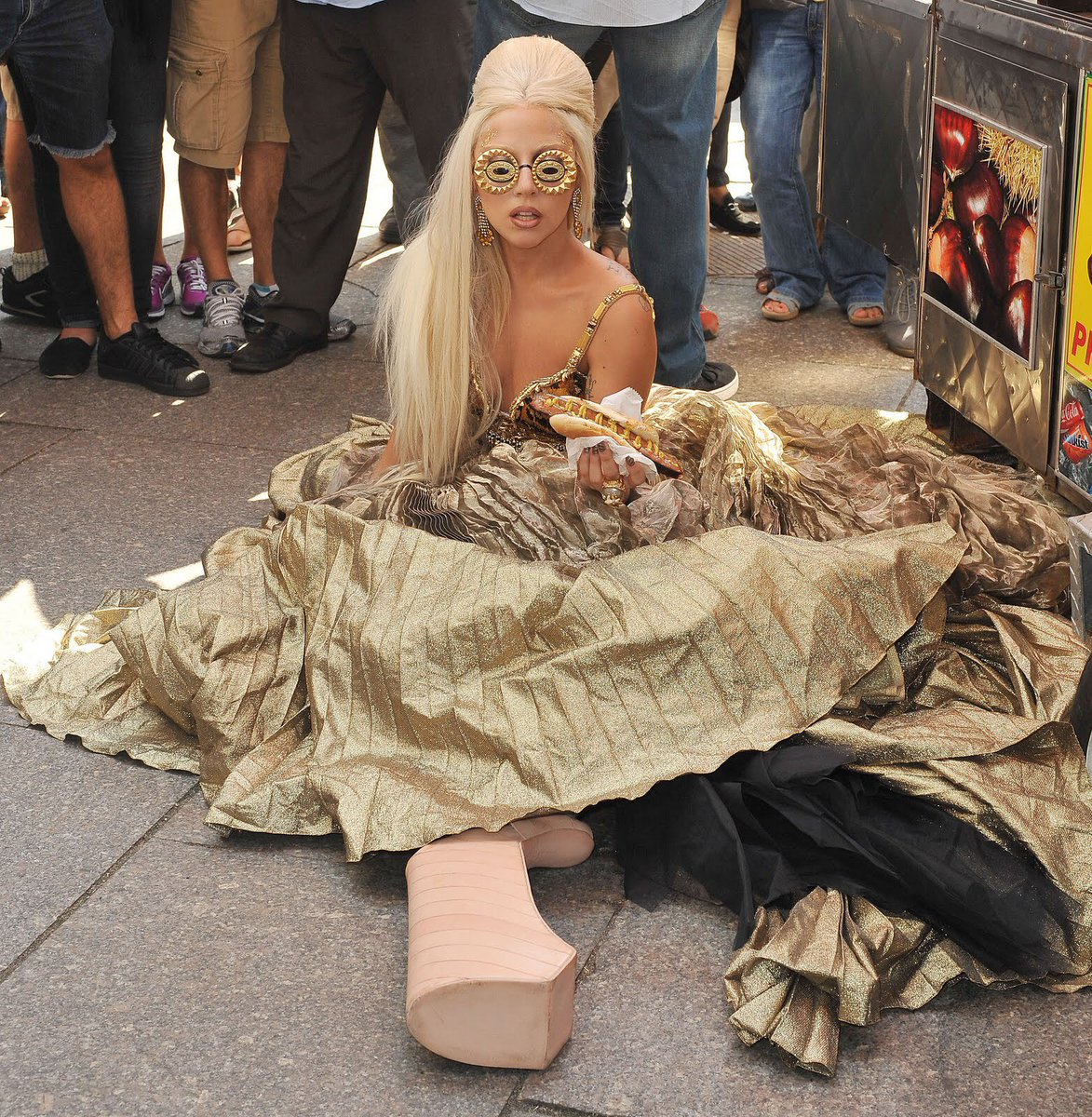 RT @LGDoingThings: Lady Gaga falling over in 18-inch heels while eating a hotdog in New York City (2011) https://t.co/SfOCR1FZme