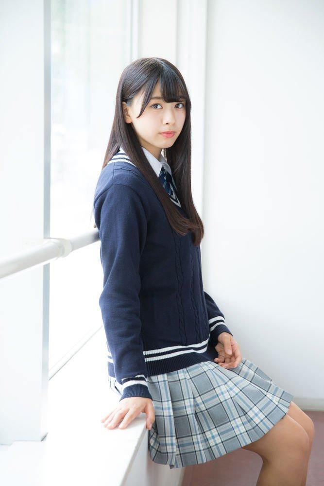 制服姿の富田鈴花さん
