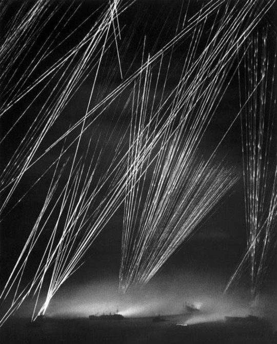 RT @ww2turkiye: Japon uçaksavar ateşi - Okinawa Muharebesi, Mart 1945. Fotoğraf: W. Eugene Smith. https://t.co/cQIvTzE9Cd