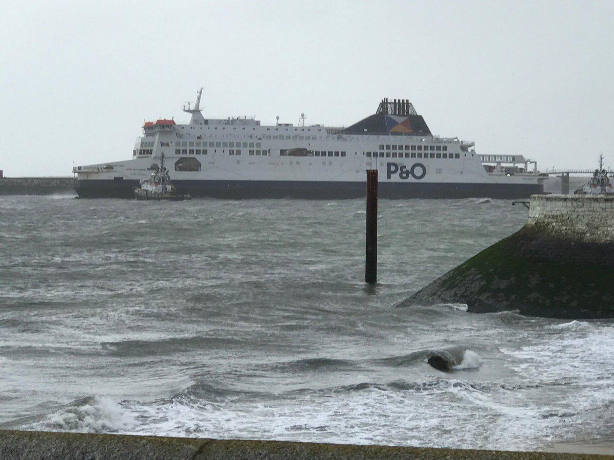 Le ferry échoué est de retour au port — Calais