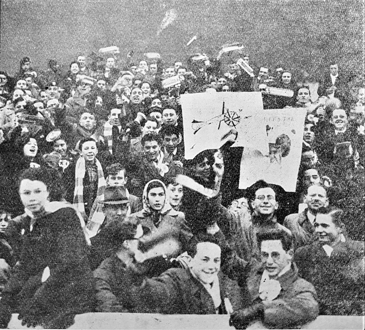 Rattles, rosettes and homemade signs: #Arsenal fans at a 1950-51 away match (from @AFSCLondon&#39;s Gunflash. February 1951). #AFC<br>http://pic.twitter.com/1M8K5hezXx