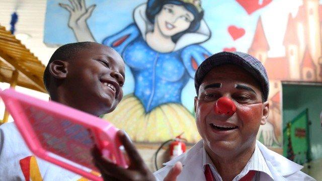 Desempregado, morador da Maré se veste de palhaço para visitar hospitais. https://t.co/onfOIMyT2Q