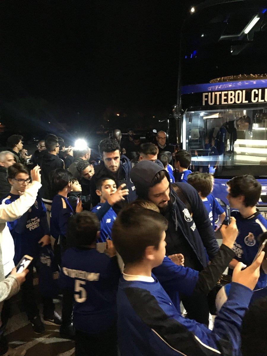 A nossa equipa recebeu ontem a #DragonForce Lisboa na chegada ao hotel 😀🔵⚪ #FCPorto
