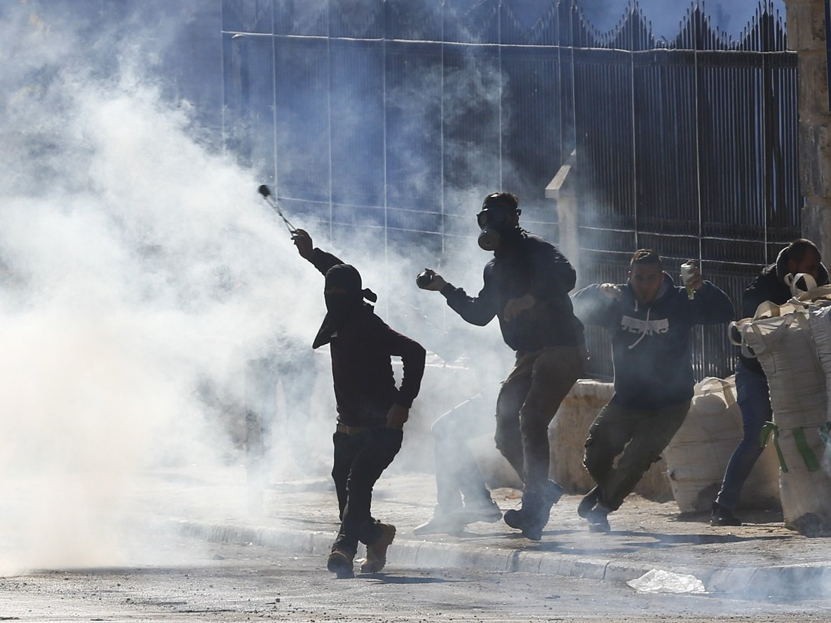 At the moment, #Palestinians are hurling stones at the #Israel police https://t.co/UMBoIcpfJG  #Bethlehem