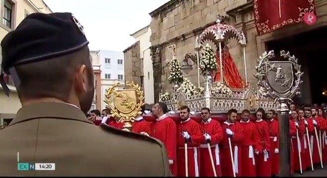 Cientos de emeritenses han vuelto a acompañar a su patrona a pesar de que el tiempo no acompañaba. Te mostramos las imágenes de la procesión de la mártir... y la leyenda que la acompaña. #EXN https://t.co/TWfySvRKBn