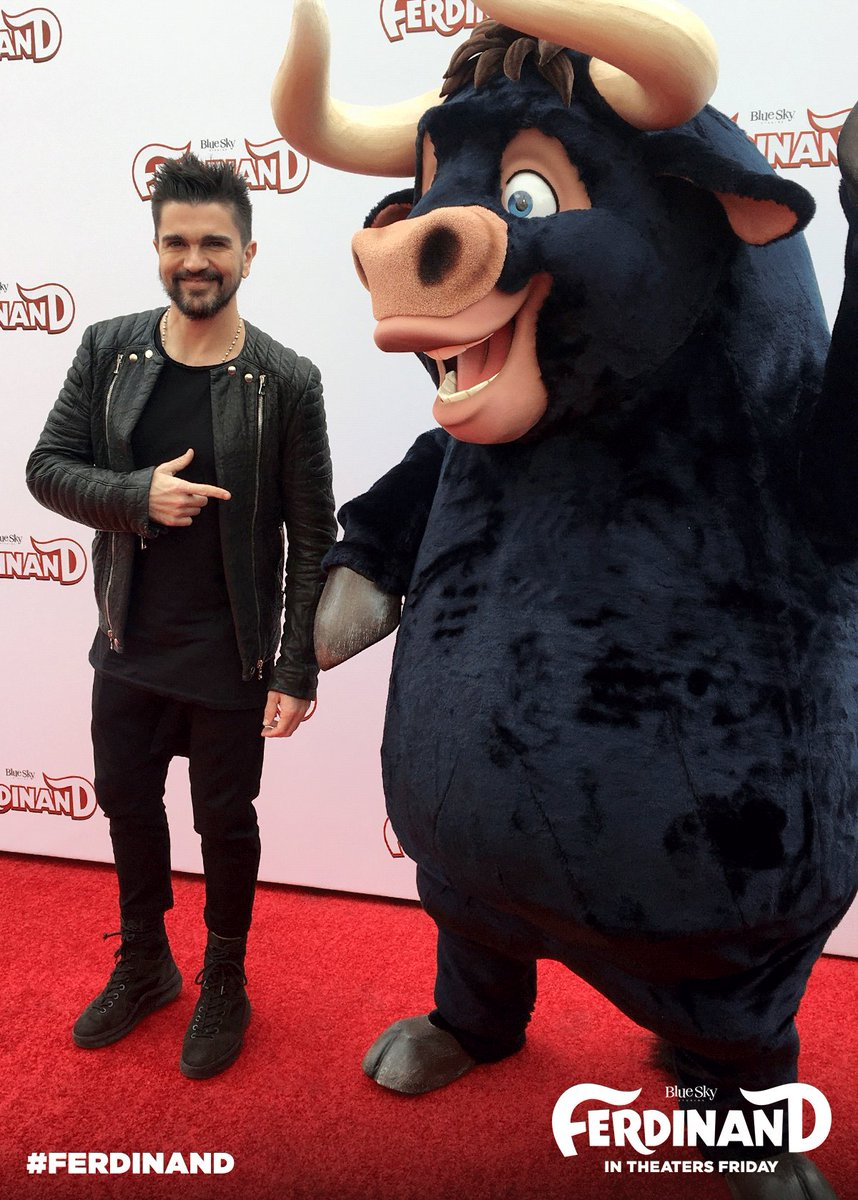 .@Juanes poses for a picture with #Ferdi...