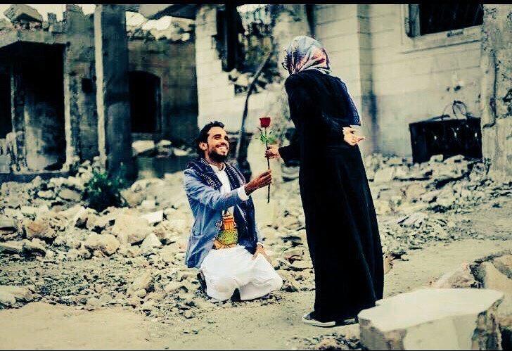 Ellerinden devşirir bahar çiçeklerini ht...