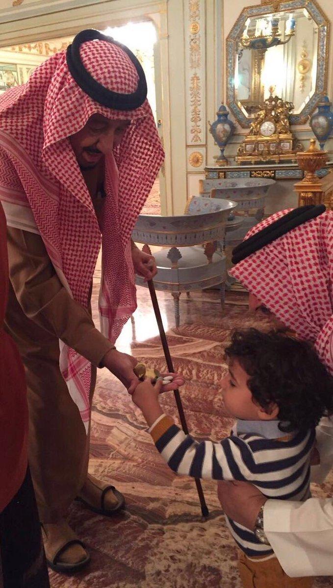RT @AlMnatiq: من هو الطفل الذي قدم #الملك_سلمان له الحلوى ؟  https://t.co/Xh6T1q1UU1  #السعودية #بلاد_الحرمين https://t.co/BkXJfA4wqs