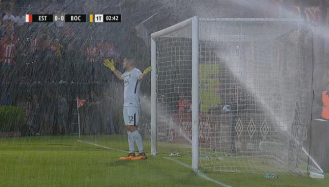 Insólito inconveniente con los aspersores en el partido entre Estudiantes y Boca
