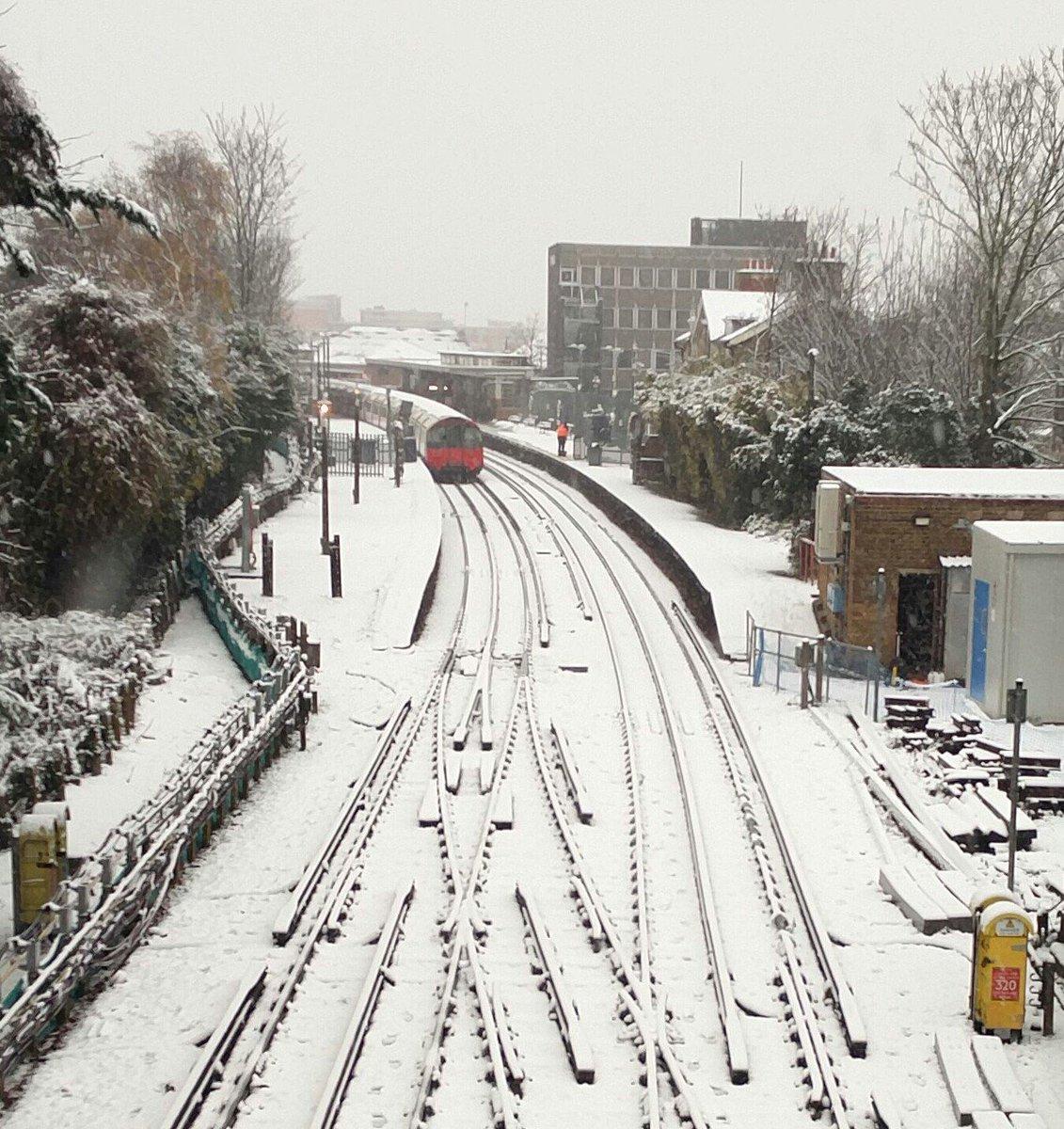 RT @Nagasawa_I: ロンドンの地下鉄が雪で止まってる、、、イギリスも雪降ってるのか〜🇬🇧 https://t.co/lvKyMCSatz