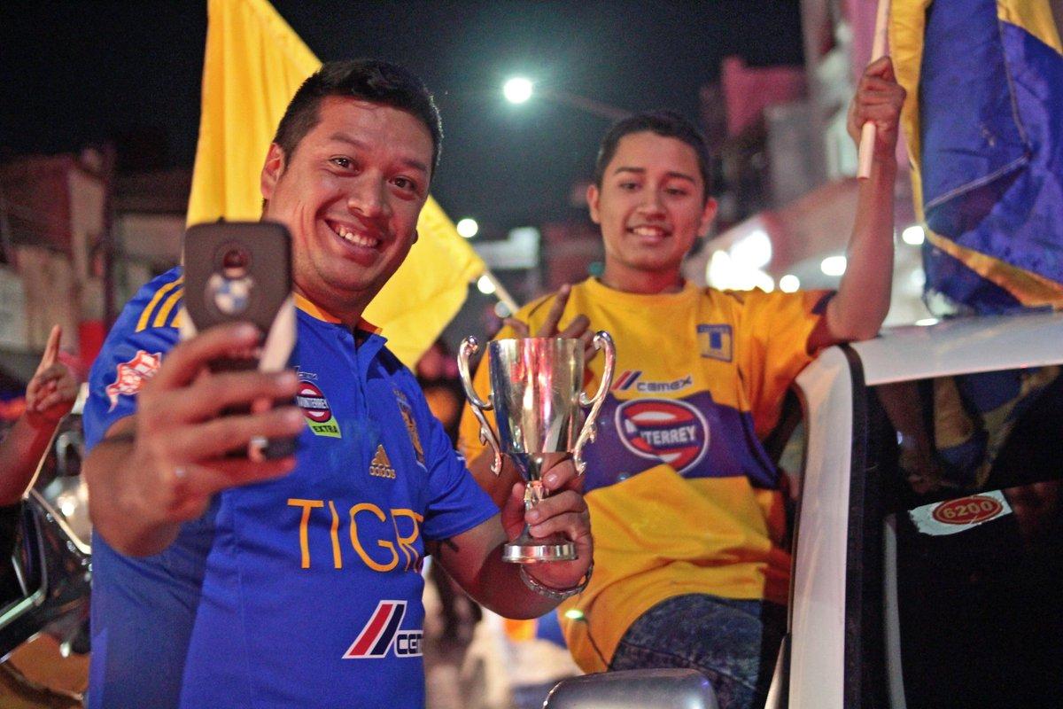 Aficionados de Tigres se apoderan de la Macroplaza #Tigres #FinalRegia  Fotos: Daniel García