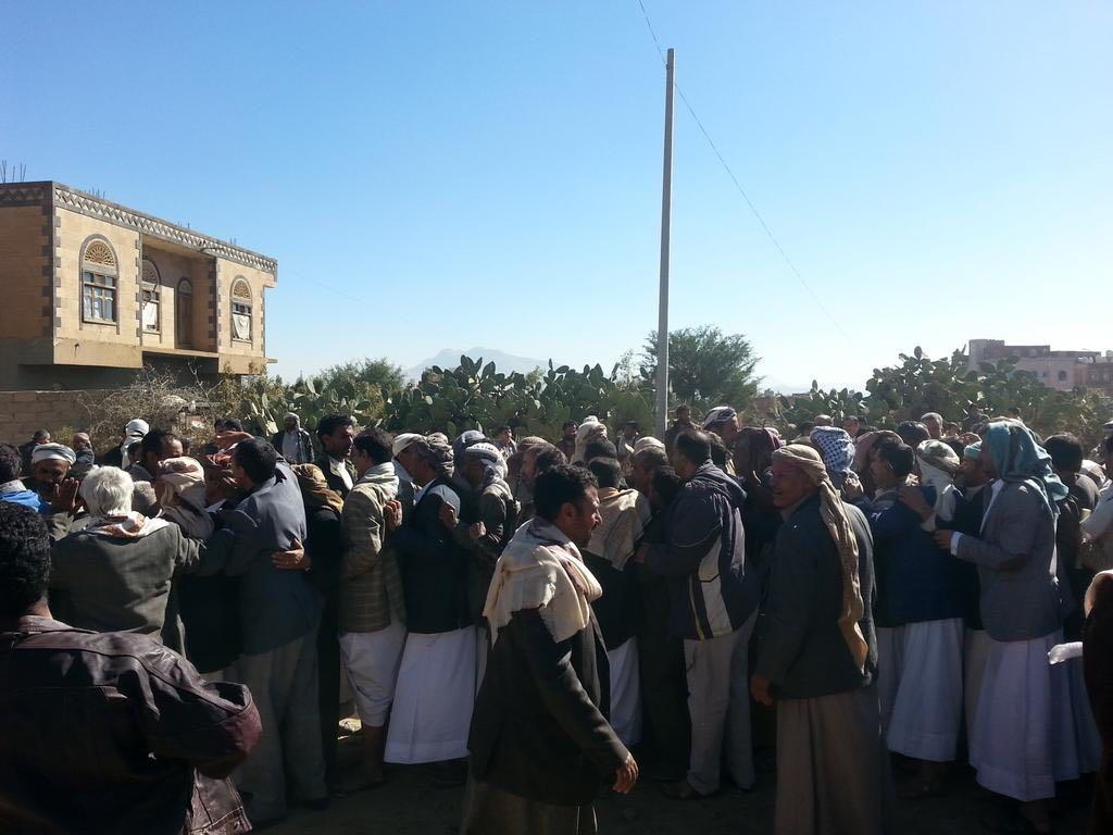RT @AlMnatiq: تشييع جثمان الحارس الشخصي للرئيس السابق العقيد حسين الحميدي في #صنعاء. #اليمن  #لاحوثى_بعد_اليوم https://t.co/s8XbhSuHtn