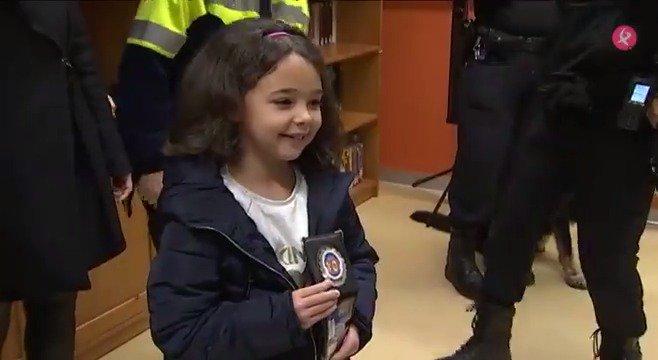 AVANCE | Con tan sólo 6 años se ha convertido en toda una heroína. Sofía avisó a los servicios de emergencia cuando su padre estaba sufriendo un infarto. Hoy, la Policía Local de Cáceres le ha reconocido su valentía. Te contamos su historia a las #2menos3⏰ en #EXN1📺 https://t.co/J1Tzsqgm3c