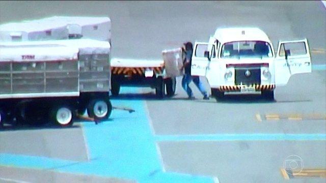 Polícia prende quadrilha que roubava celulares em aeroporto de Brasília: https://t.co/BCCdrH9Ojj #JornalHoje