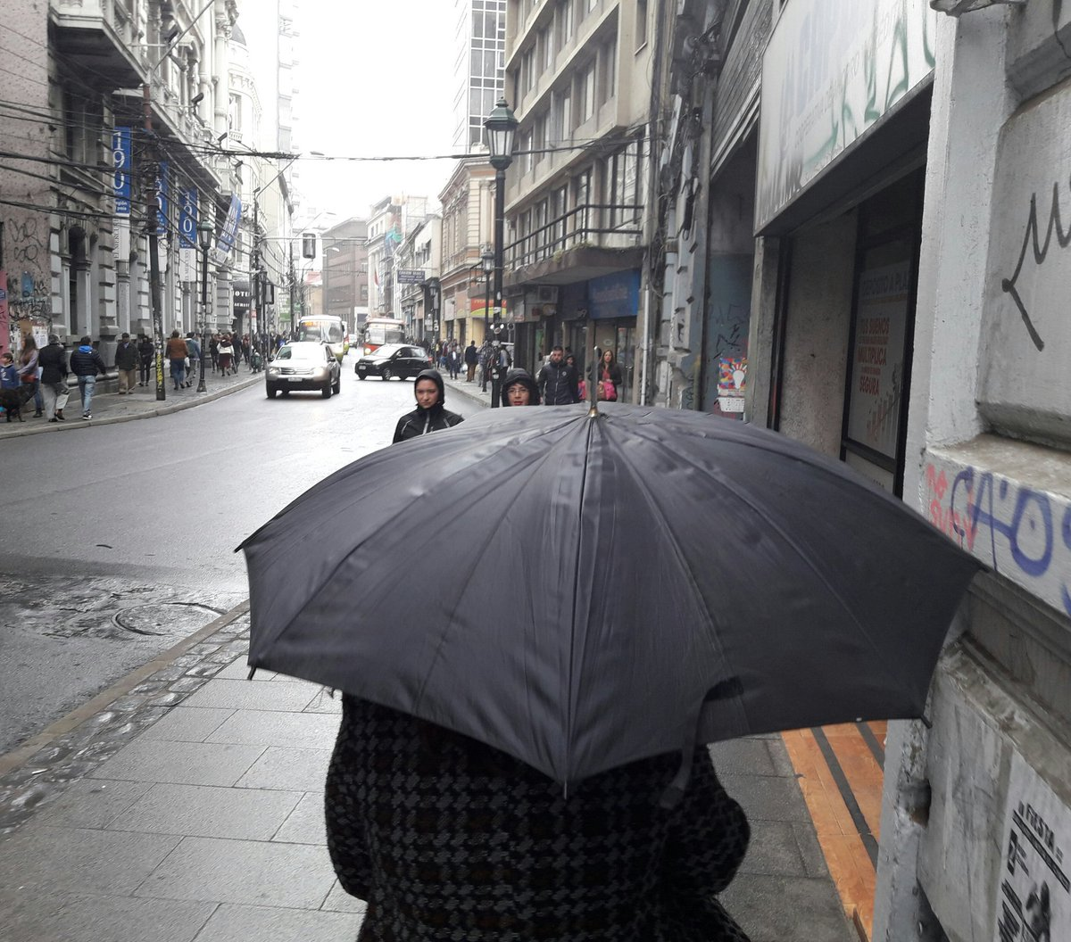 #FelizLunes con paraguas desde #Valparaí...