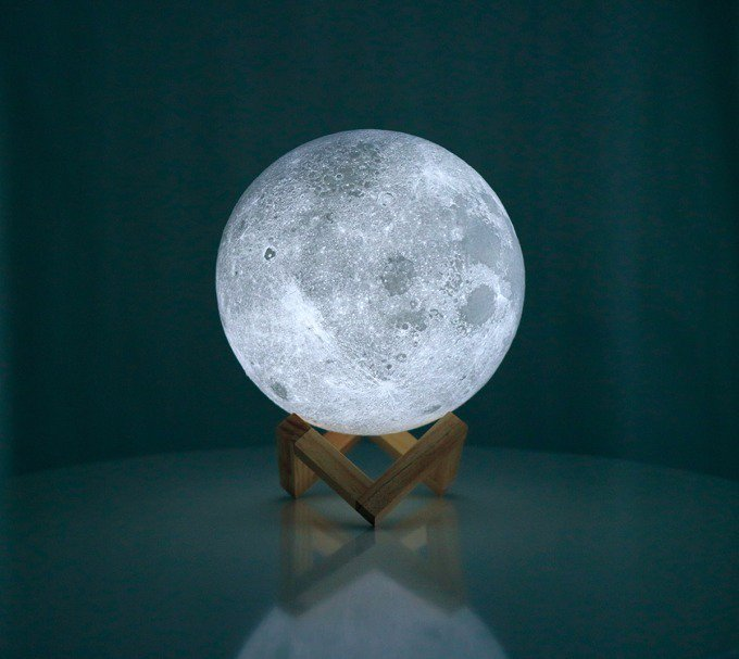 3Dプリンターで月を再現したワイヤレスLED照明「ムーンライト」2種の明かり&調光機能、最大100時間点灯 - https://t.co/KOdhhLZ4zI