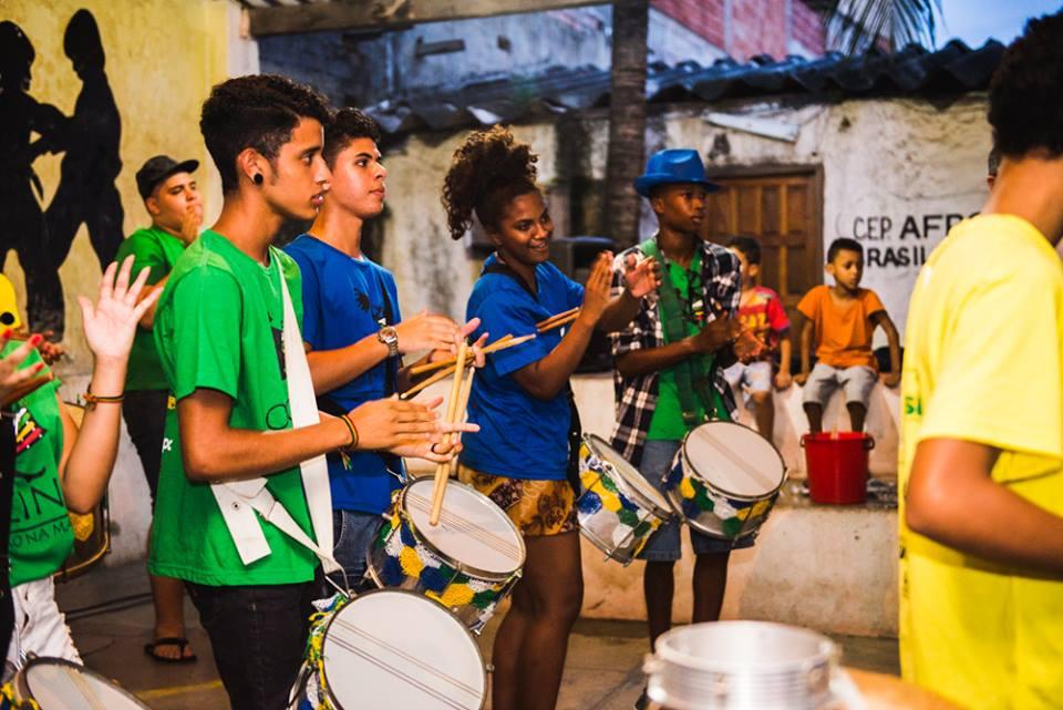 Oficina Percussão da Maré, no RJ, de inclusão pela música, chega à África em 2018. https://t.co/vMhkiXgi8p 📸Oficina Percussão da Maré