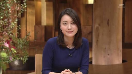 紺色の体のラインが目立つ衣装を着た小川彩佳のセクシーな画像