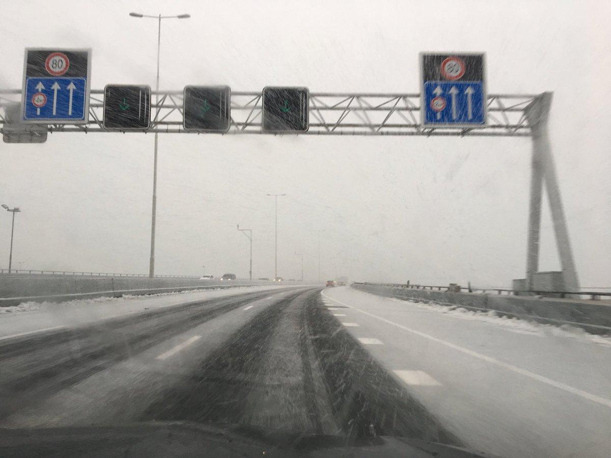 Op de #A15 richting Europoort. #sneeuw #coderood #kalmaan @ANWBverkeer