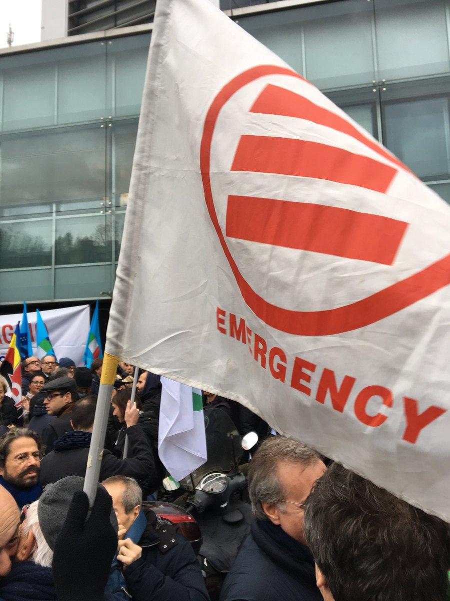 Il presidio sotto la redazione di @espressonline e @repubblica per dire #stopfascismo