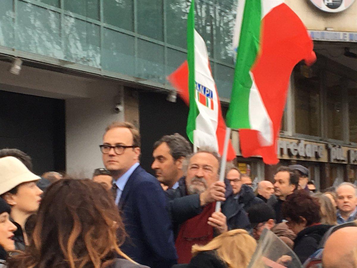 Il presidio sotto la redazione di @espressonline e @repubblica per dire #stopfascismo @Tommasocerno @mariocalabresi