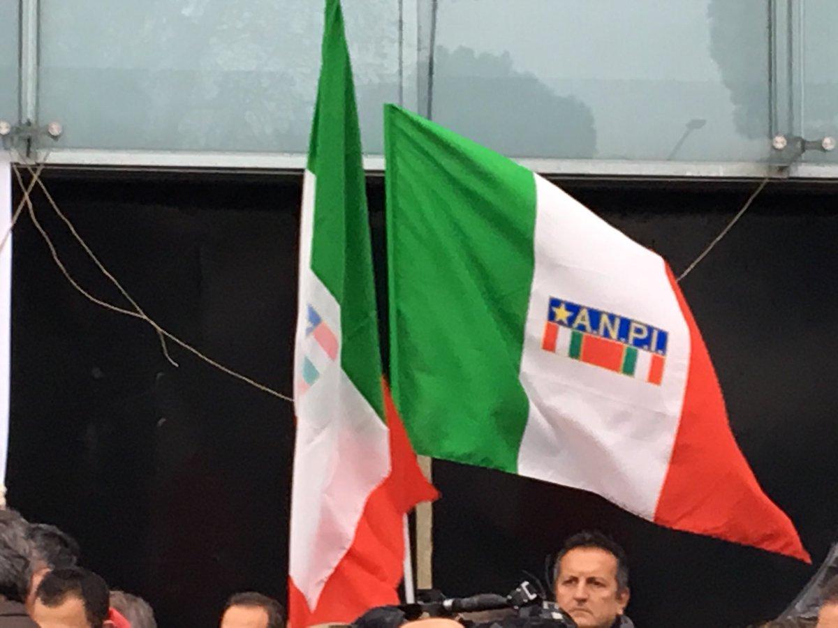 Il presidio sotto la redazione di @espressonline e @repubblica per dire #stopfascismo @Anpinazionale