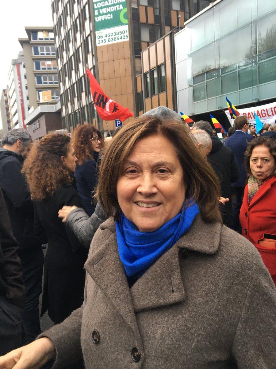 Lucia Annunziata al presidio sotto la redazione di @espressonline e @repubblica per dire #stopfascismo