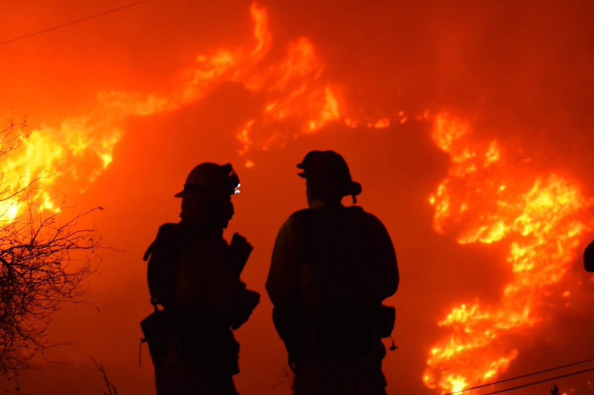 Firefighters protect seaside California towns as blaze rages. https://t.co/iVdTznHeBx #CaliforniaWildfires