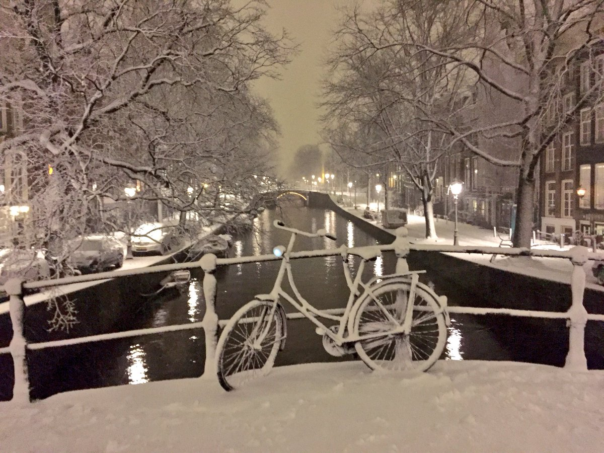 A bicycle on a bridge in the snow. #Amsterdam https://t.co/iS8SXWkTrk